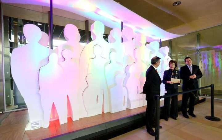 foto-vernisajul-instalatiei-de-iluminat-shapes-of-light-pe-baza-tehnologiei-cu-led-uri-in-sediul-central-al-comisiei-europene-bruxelles